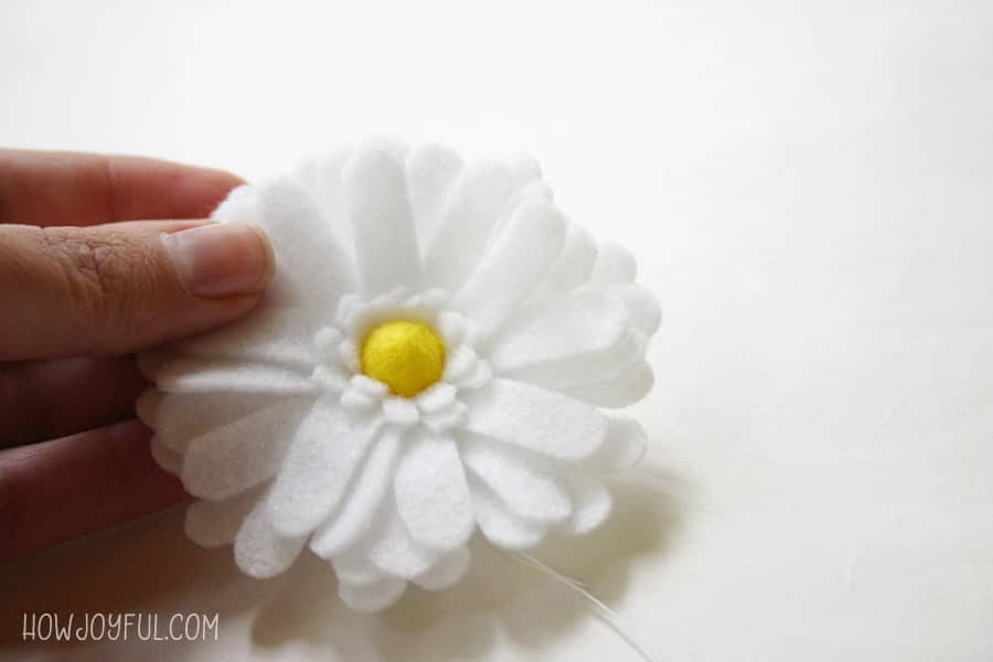 Learn how to make this daisy flower out of felt with @howjoyful's FREE pattern