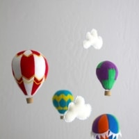Learn how to make a hot air balloon mobile with this tutorial and template from @howjoyful #hotairballoon #felttutorial #hotair #balloonnursery #nurserymobile